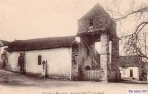 A droite du porche se trouve -Le Goujon Frétillant-restaurant.