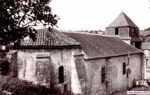 Belle photo de l'église du XIè siècle avec la jeunesse du Bourg.