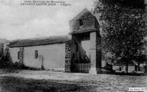 L'entrée de l'église était cernée par une palissade, peut être pour éviter à la volaille de pénétrer à l'intérieur.
