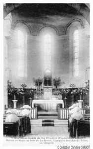 L'intérieur de La Charité lors d'un office en présence des Soeurs
